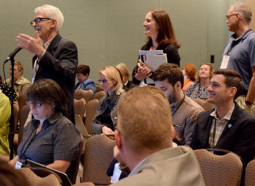 Attendees at Health Journalism 2015 lined up to ask questions of speakers. (Photo: Pia Christensen/AHCJ)